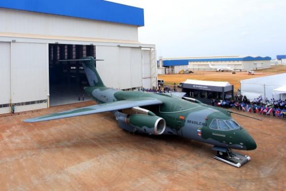 Brasil lanza su más moderno avión militar