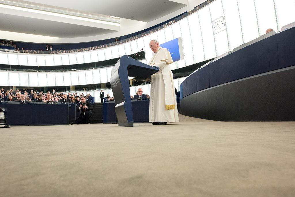 Colectivos gay contra el Papa por no permitir que homosexuales sean sacerdotes