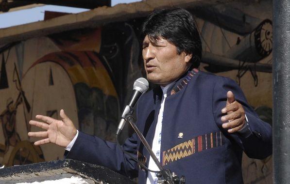 """Evo Morales destituye al ministro de Defensa por ir a Chile y lucir una leyenda """"mar de Bolivia"""""""