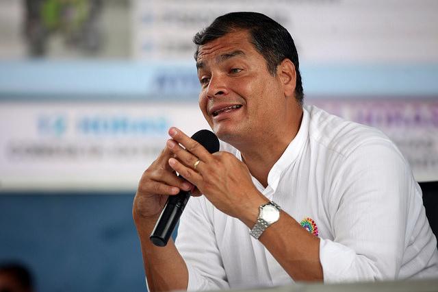 Machista Correa: le dice a una opositora que hable de maquillaje y no de economía