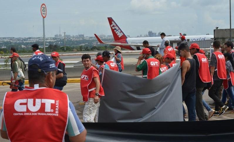 Trabajadores aeronáuticos bloquean acceso al aeropuerto de Brasilia