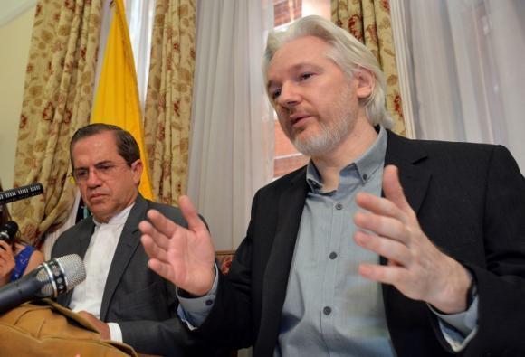 Assange dispuesto a entregarse a EEUU si Obama indulta a su informante Chelsea Manning