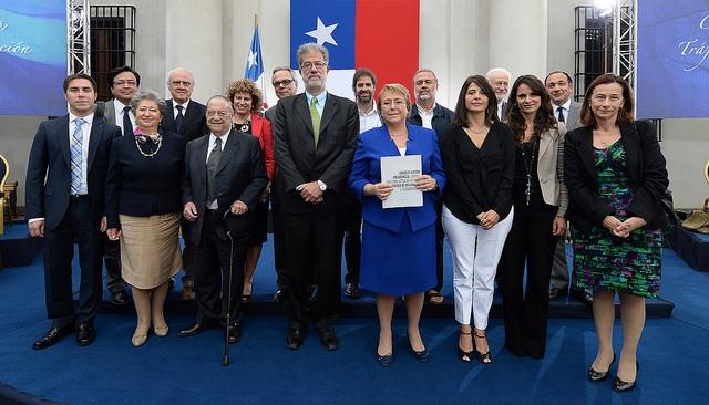 """Bachelet: """"los que estamos en la política, en los negocios, en el Gobierno, estamos en deuda con Chile"""""""
