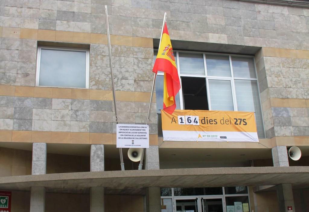 Multan a alcalde catalán por no izar la bandera de España en su alcaldía