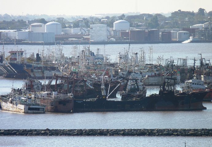 Informe: el peligroso cementerio de barcos del puerto de Montevideo
