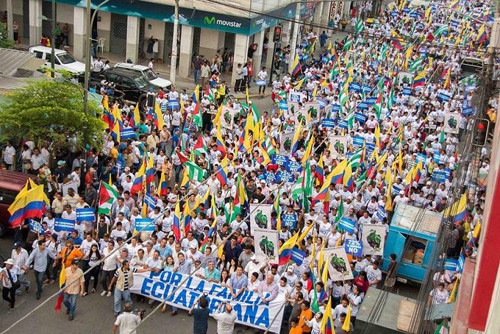 La oposición ecuatoriana realiza multitudinaria marcha