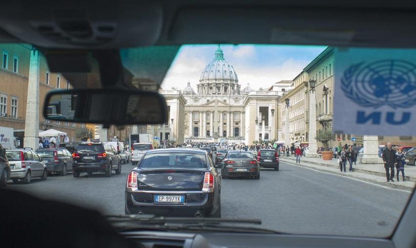 Polémica: sacerdote del Vaticano revela que es gay y que vive con su pareja