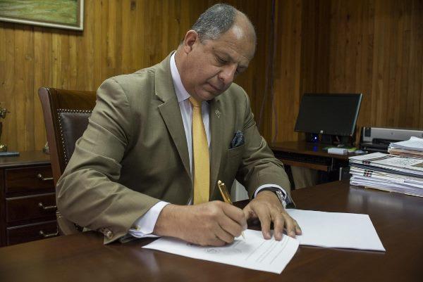 Costa Rica prohíbe uso de fondos públicos para fiestas
