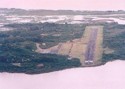 Vista aérea del aeropuerto de la Isla Martín García(orientación S-N) Detrás se divisa la formación de la Isla de Timoteo Domínguez uniéndose a la isla (terreno de formación aluvional).