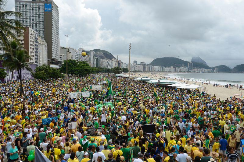 Resultado de imagen de FOTOS MANIFESTANTES EN BRASIL