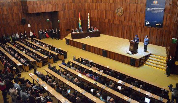 Morales promulga ley que aprueba plan de desarrollo económico y social 2016-2020