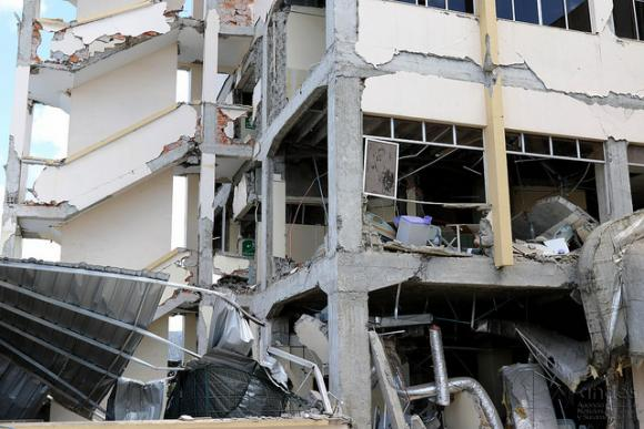 La reconstrucción de poblaciones afectadas por terremoto debe ser política de Estado, afirma Correa
