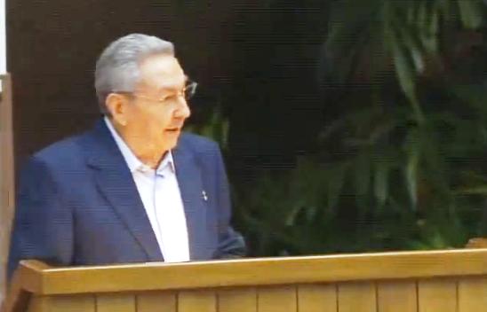 Raúl Castro aplaude que en Cuba exista un partido único y no 'varios que dividan al pueblo'