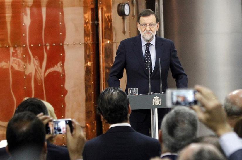 El presidente del Gobierno en funciones, Mariano Rajoy, se dirige a los asistentes durante su visita al centro de producción de cerveza de Mahou-San Miguel. (Moncloa)