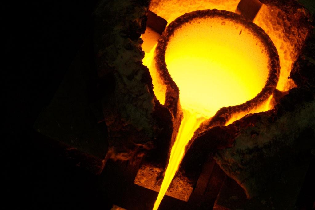 Fundición de oro para hacer lingotes. Foto: Banco Mundial/Jonathan Ernst