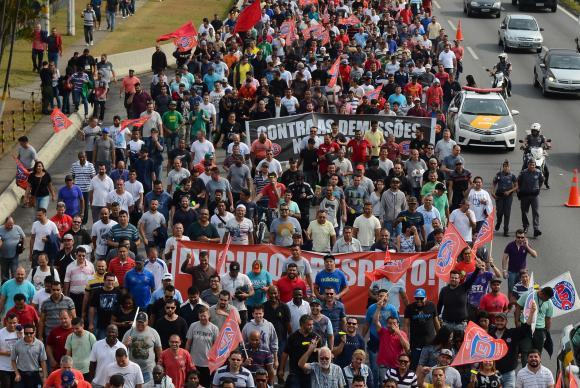Brasil: trabajadores de Mercedes-Benz protestan contra despidos