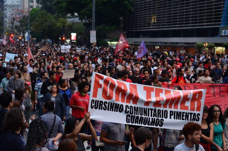 En São Paulo, bombas y gases lacrimógenos cierran acto contra el gobierno