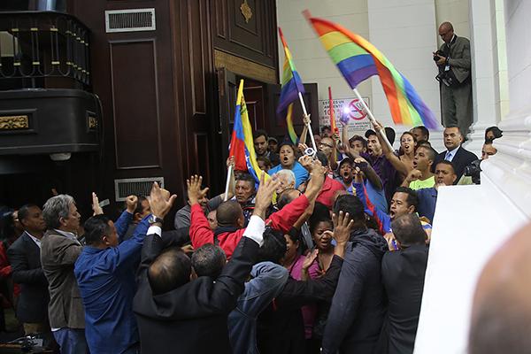 Agresores chavistas entran a la Asamblea Nacional y golpean y amenazan a opositores