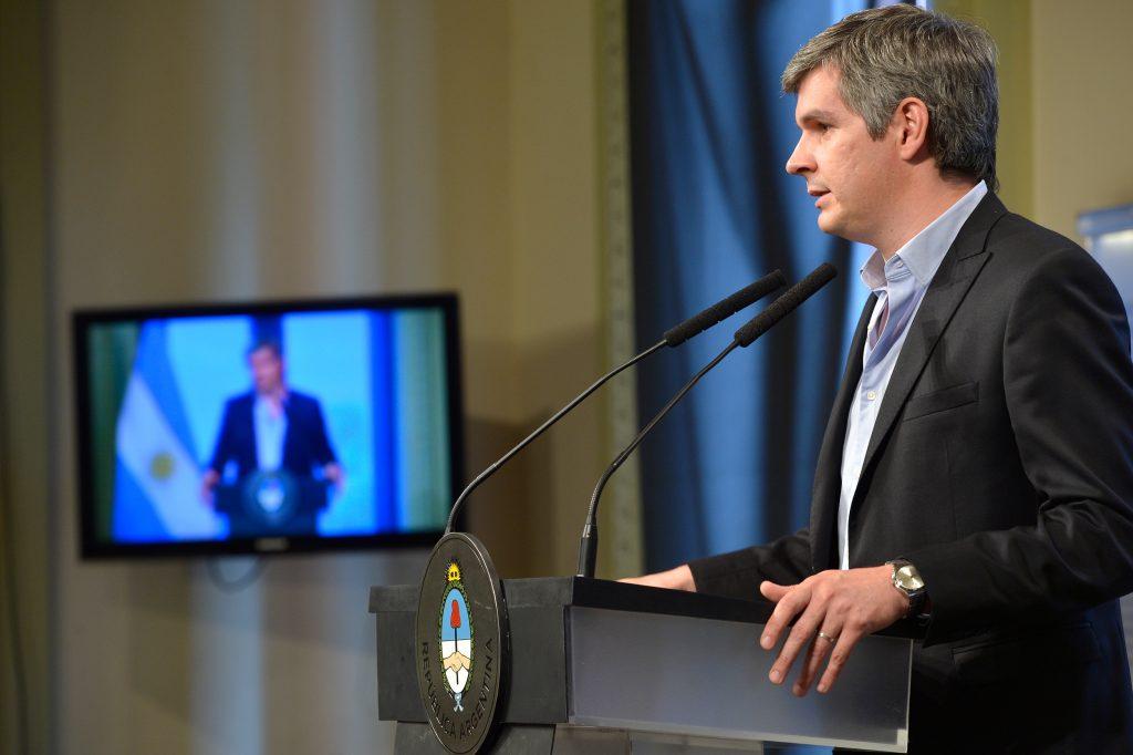 Macri echa a su ministro de Hacienda Prat Gay y abre otro ministerio, el de Finanzas