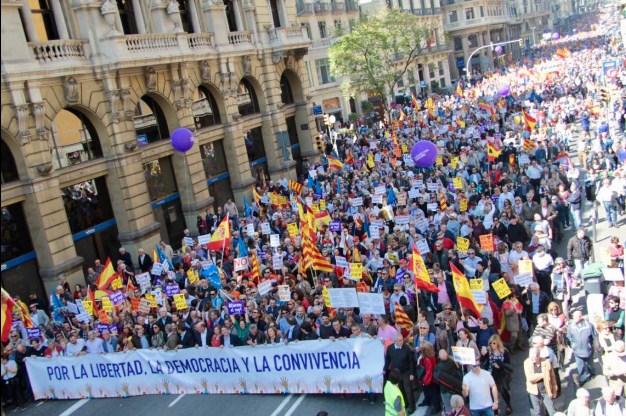 Multitudinaria marcha contra la independencia en Barcelona