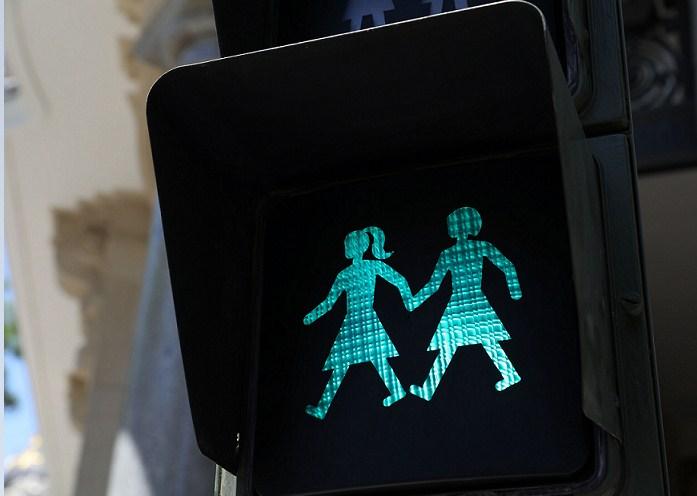 Madrid instala semáforos inclusivos con figuras de parejas del mismo sexo